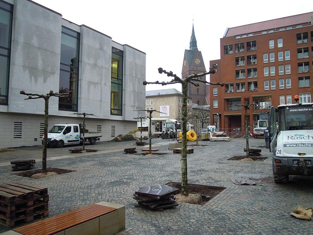 The square of the Göttingen Seven at the parliment os Saxony during the planting of 26 plane trees